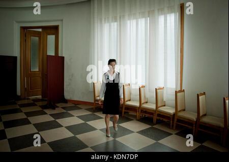 Une serveuse dans un grand hôtel sur la mer du Japon le 13 octobre 2012. A waitress in a large hotel on the Sea - Stock Photo
