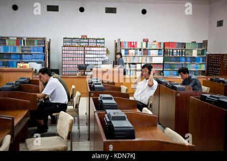 Des Nord coréens écoutent des CD à la grande maison des études du peuple de Pyongyang le 9 octobre 2012 Grand People's - Stock Photo