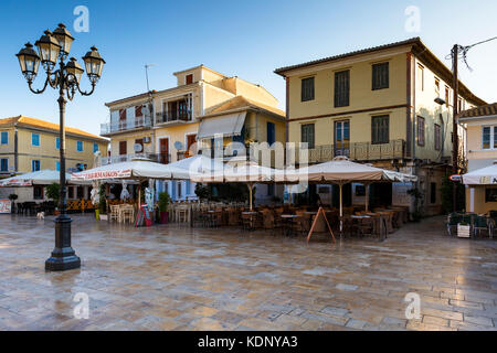 Coffee shops and restaurants in the main square of Lefkada town, Greece. - Stock Photo
