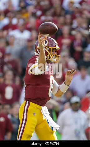 Landover, MD, USA. 15th Oct, 2017. Washington Redskins QB #8 Kirk Cousins passes the ball during a NFL football - Stock Photo
