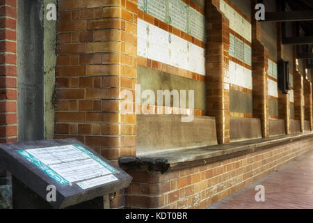 POSTMAN'S PARK, LONDON: View along the ceramic tablets which form the Watts Memorial to Heroic Self-Sacrifice. - Stock Photo