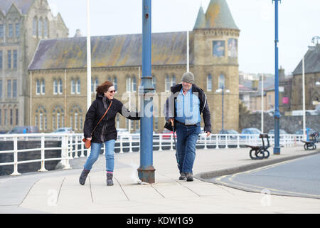 Aberystwyth, Ceredigion, Wales, UK. 16th Oct, 2017. UK Weather. A couple find it tough going as they turn onto the - Stock Photo