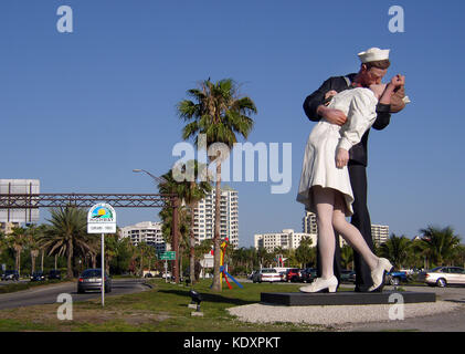 """""""Unconditional Surrender"""" is a painted aluiminum sculpture by J. Seward Johnson that is modeled after a famous photograph - Stock Photo"""