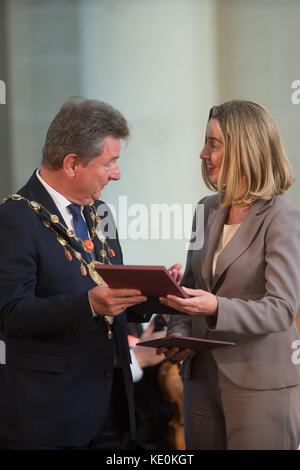 Magdeburg, Germany. 17th Oct, 2017. Lutz Trümper (SPD), the mayor of Magdeburg, presents Federica Mogherini, the - Stock Photo