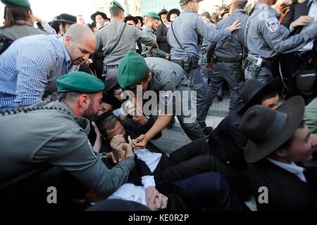 Jerusalem. 17th Oct, 2017. Ultra-Orthodox Jews clash with Israeli police during an anti-draft protest in Jerusalem, - Stock Photo