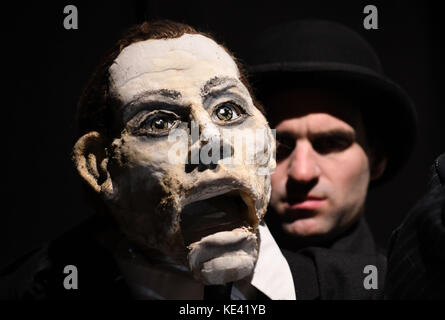 Bremen, Germany. 12th Oct, 2017. Actors rehearse a puppet theatre adaptation of Kafka's 'The Trial' in Bremen, Germany, - Stock Photo