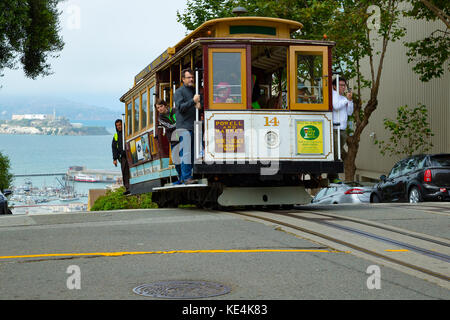 USA San Francisco Cable car 14 line 60 powelll hyde line on the crest of hyde street on top of Russian Hill - Stock Photo