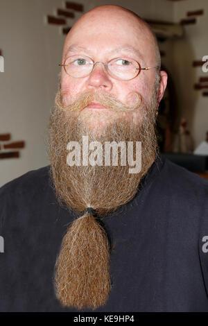 Mann mit langem Bart und getrehtem Schnautzer - Stock Photo