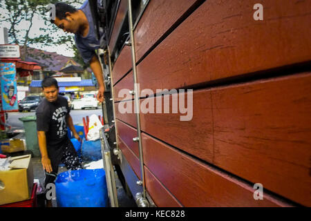 Kuala Lumpur, Selangor, Malaysia. 19th Nov, 2016. Syahrul is seen while helping his Indonesian co-worker after he - Stock Photo