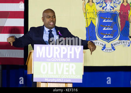 Newark, New Jersey, USA. 19th Oct, 2017. Newark, NJ mayor RAS BARAKA takes the stage moment before former US president - Stock Photo