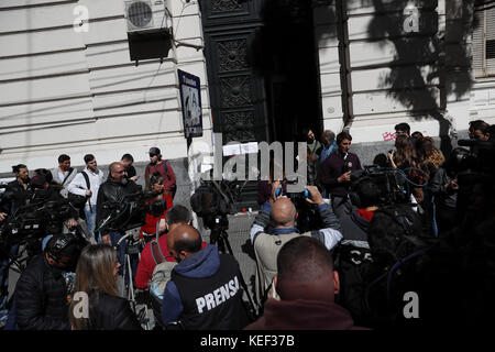 Buenos Aires, Argentina. 20th Oct, 2017. People and journalists wait at the entrance of the judicial morgue of the - Stock Photo