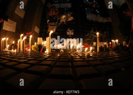 Buenos Aires, Argentina. 20th Oct, 2017. Candles and photographs of Santiago Maldonado spontaneously placed by the - Stock Photo