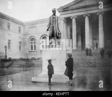 Marble Sculpture of Abraham Lincoln in front of  District of Columbia City Hall, Washington DC, USA, Harris & Ewing, - Stock Photo