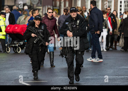 Windsor, UK. 21st October, 2017. Armed police officers on patrol in Windsor town centre. A late decision was taken - Stock Photo