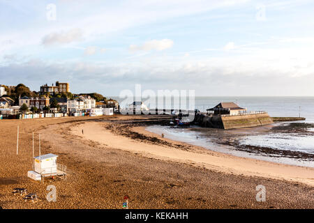 England, Broadstairs. Cliff top view of the beach at Viking Bay and Broadstairs harbour. Tide is out, couple of - Stock Photo