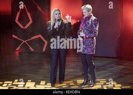 Hamburg, Germany. 21st Oct, 2017. Singer Anastacia (l) and award winner Barbara Staecker standing onstage during - Stock Photo