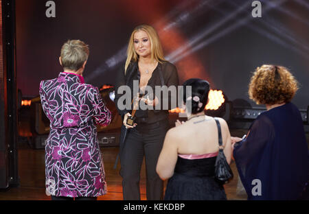 Hamburg, Germany. 21st Oct, 2017. Singer Anastacia (2-L) presenting an award to Barbara Staecker (L) during the - Stock Photo