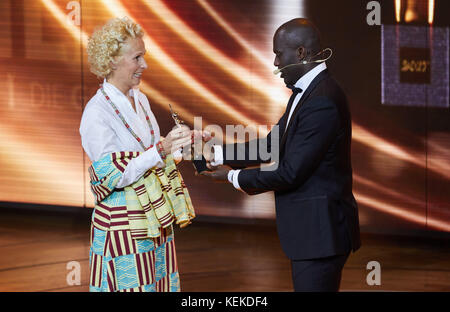 Hamburg, Germany. 21st Oct, 2017. Soccer player Hans Sarpei presents an award to Bettina Landgrafe during the the - Stock Photo
