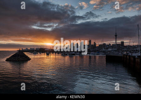 Sunrise over the city of Auckland and Westhaven Marina, New Zealand. - Stock Photo