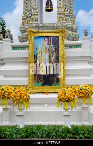 Shrine in Wat Pho to the late Thai King Rama IX Bhumibol Adulyadej (1927-2016) prior to his cremation in October - Stock Photo