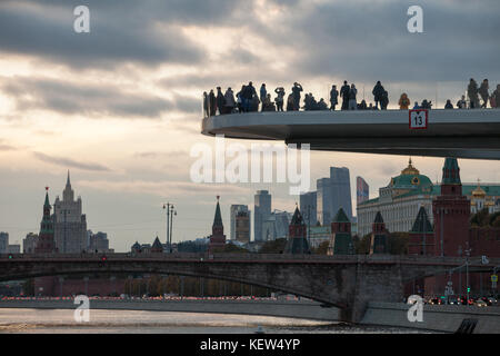 Moscow, Russia. 16th Oct, 2017. Visitors stand on a viewing platform at the Zaryadye Park and look at the Kreml - Stock Photo