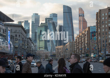 Moscow, Russia. 16th Oct, 2017. People cross the street in front of the Moscow City skyline in the center of Moscow, - Stock Photo