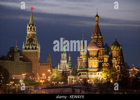 Moscow, Russia. 16th Oct, 2017. View of the Kreml wall and the St. Basil's Cathedral in the center of Moscow, Russia, - Stock Photo