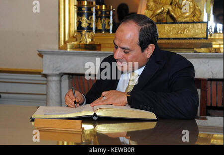 Paris, Paris, France. 23rd Oct, 2017. Egyptian President Abdel Fattah al-Sisi signs the guest book prior to a meeting - Stock Photo
