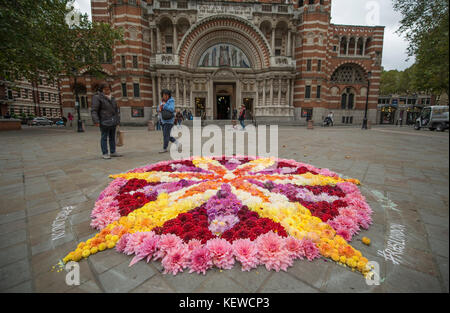 Westminster Cathedral, London, UK. 24th Oct, 2017. The RHS Floral Artist in Residence 2017, Electric Daisy Farm, - Stock Photo
