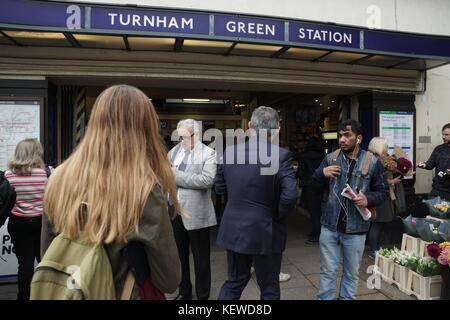 London, UK. 24th Oct, 2017. Turnham Green evacuated as security incident closes Piccadilly and District Line. A - Stock Photo