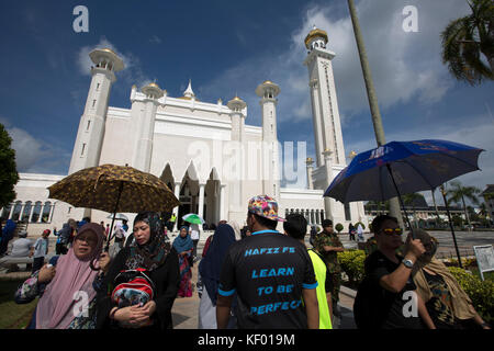 Crowds gather at Sultan Omar Ali Saifuddien mosque in Bandar Seri Begawan, before a ceremony to open a new foot - Stock Photo