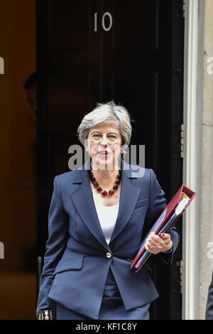 London, United Kingdom. 25th Oct, 2017. Prime Minister Theresa May leaves 10 Downing Street bound for the House - Stock Photo
