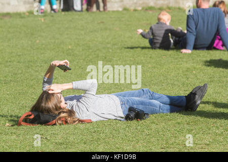 London, UK. 25th Oct, 2017. People enjoy the glorious autumn sunshine with warmer than expected temperatures for - Stock Photo