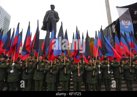 Donetsk, Ukraine. 25th Oct, 2017. Servicemen line up in Lenin Square to mark Flag Day of the Donetsk People's Republic. - Stock Photo