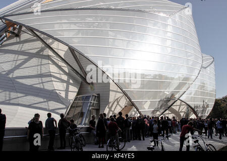 France, Paris 16e area, people waiting for the access to the Foundation Louis Vuitton in the 'Bois de Boulogne', - Stock Photo