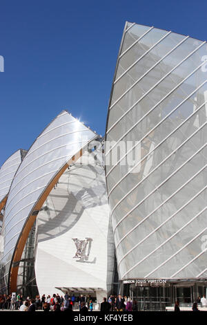 France, Paris 16e area, in the 'Bois de Boulogne' the main entry of the Louis Vuitton Foundation with visitors; - Stock Photo