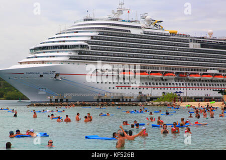 Honduras, Islas de la Bahia, Roatan Island. Cruise ship. Carnival Dream. Mahogany Bay - Stock Photo