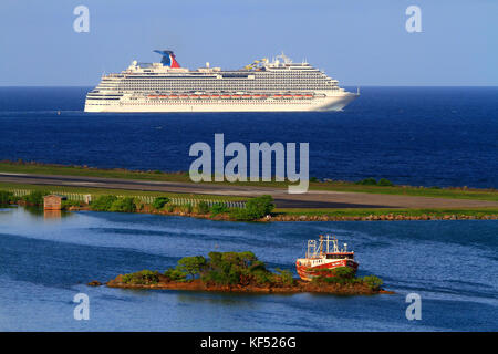 Honduras, Islas de la Bahia, Roatan Island. Cruise ship. Carnival Dream - Stock Photo