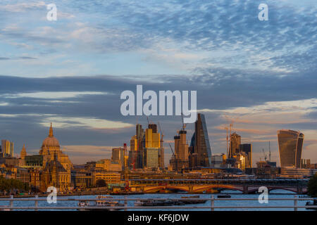 London, UK. 25th October, 2017. The sun sets over the river Thames, as seen from Waterloo Bridge. At one end the - Stock Photo
