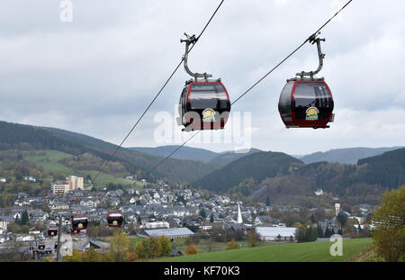 Willingen, Germany. 26th Oct, 2017. Two cabins of the Ettelsberg cableway passing by each other in Willingen, Germany, - Stock Photo