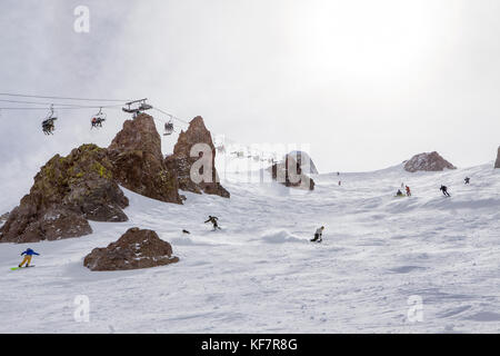 USA, California, Mammoth, skiers and snowboarders make their way down the hill at Mammoth Ski Resort - Stock Photo