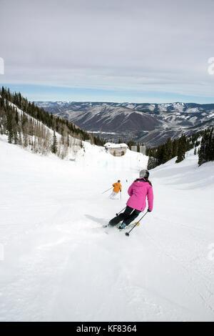 USA, Colorado, Aspen, skiing down to Bonnie's Restaurant, Aspen Ski Resort, Ajax Mountain - Stock Photo