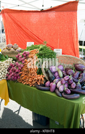 USA, Oregon, Ashland, Barking Moon Farm produce for sale at the Rogue Valley Growers and Crafters Market - Stock Photo