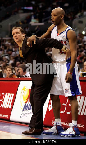 Detroit Pistons head coach Flip Saunders, left, demonstrates on Los Angeles Clippers' Sam Cassell on how his players - Stock Photo