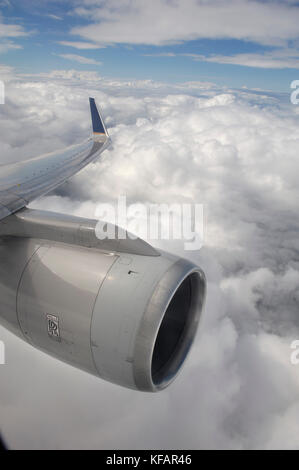 a Rolls-Royce RB-211-535 jet engine, wing and winglet flying near clouds on a Continental Airlines Boeing 757-224 - Stock Photo