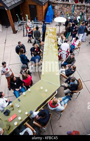 USA, Colorado, Aspen, apres ski scene at the Sky Bar at the Sky Hotel - Stock Photo