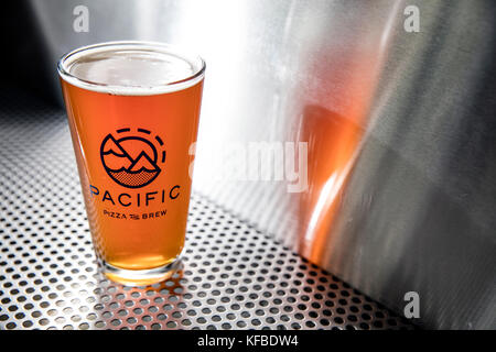 USA, Oregon, Bend, Pacific Pizza and Brew, pint glass of brew beer - Stock Photo