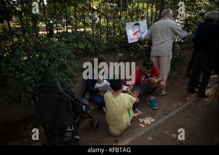 Barcelona, Catalonia. October 27, 2017.  A family plays while waiting for the historic event of the unilateral declaration - Stock Photo