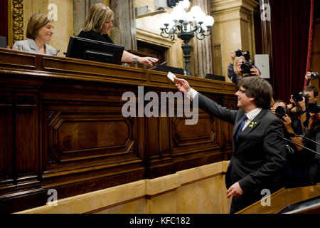 October 27, 2017 - Barcelona, Catalonia, Spain - Catalan president CARLES PUIGDEMONT casts his vote at the plenary - Stock Photo