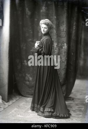 Renée Vivien, née Pauline Mary Tarn, nicknamed 'Sapho 1900.'  French poet.  c.1905    Taponier Photo Pauline Mary - Stock Photo